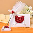 blanc livre d'or de mariage et un stylo plume sertie de pétales de rose signer dans le livre