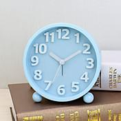 青色サイレントムーブメントの夜の光の中でmatelケース付き目覚まし時計