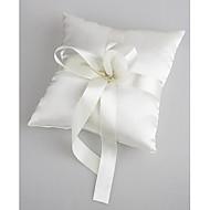 giftering pute i hvit sateng med perle