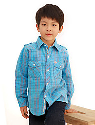 Junge lässig gemütliche Gitter Shirt