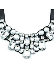 magnífico satén negro con collar de diamantes de imitación de las mujeres