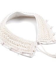Elegante feltro com colares de pérolas