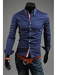 de v sencilla camisa de color sólido (azul oscuro)