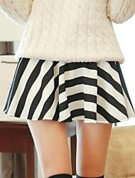 Mujer Blanco-Negro de la raya de las faldas cortas