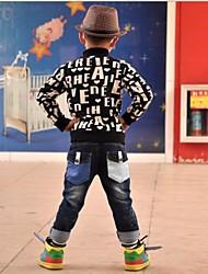 calças jeans do garoto