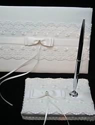 élégant livre d'or de mariage et stylo avec le signe de la dentelle dans le livre
