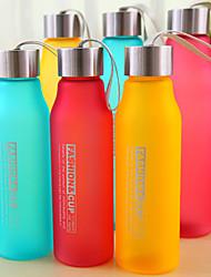600ml pc Sportcamping reisen tragbaren frosted Wasserflasche (gelegentliche Farbe)