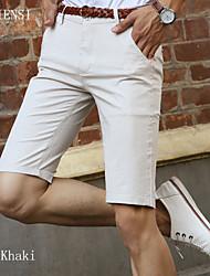 Nell'estate del 2015 bicchierini casuali degli uomini sottili di estate in 5 dritte metrosexual cinque pantaloni sottili pantaloni