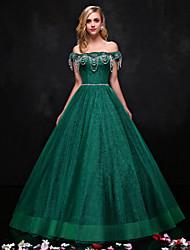 Une robe de soirée formelle en dentelle sans bretelles avec une dentelle en cristal