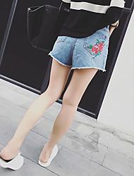 nach Frühlings- und Sommerblumen bestickte Taschen von ultra-dünne Taille Jeans-Shorts personifizierte