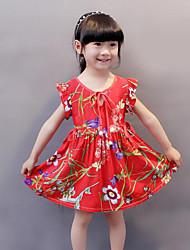 Menina de Vestido Estampado Verão