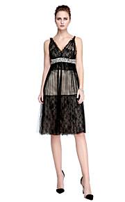 TS Couture® Cocktailparty Kjole - Celebrity Stil A-linje V-hals Knælang Blondelukning / Tyl med Perler / Sidedrapering